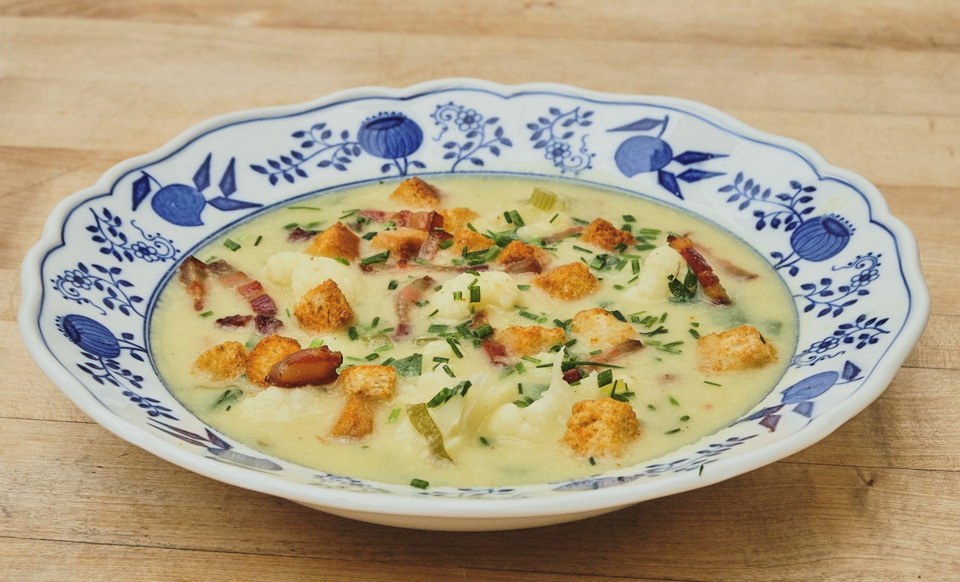 Blumenkohlsuppe mit Pnchetta und Sweet-Chili Croitons.jpg